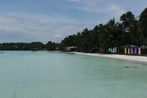 Weißer Strand und kristallblaues Wasser warteten auf uns