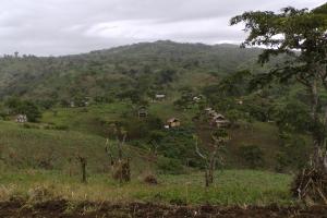 Das kleine Bergdorf von PADATA umringt von der Villalon Ranch. Die Berge im Hintergrund gehören zur Villalon Farm.
