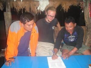 Der Vize-Präsident der KMBP unterzeichnet den Mandatsvertrag mit IPON