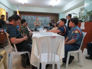 Staatliche Akteure und Vertreter der MRV bei einem von der Menschenrechtskommission initiierten Dialog