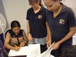 Die Präsidentin der KMBP unterschreibt den Mandatsvertrag mit IPON